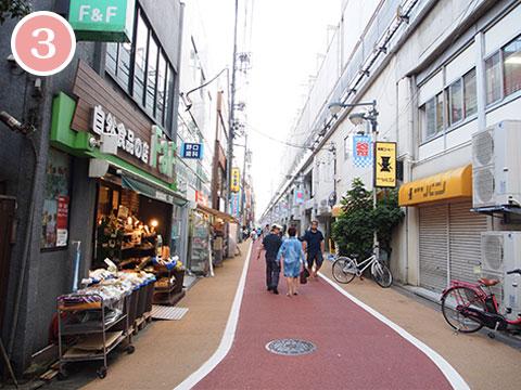 学芸大学駅近くの路地を進む。