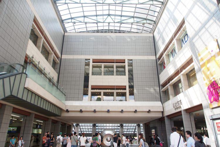 日吉駅出口のアーケード